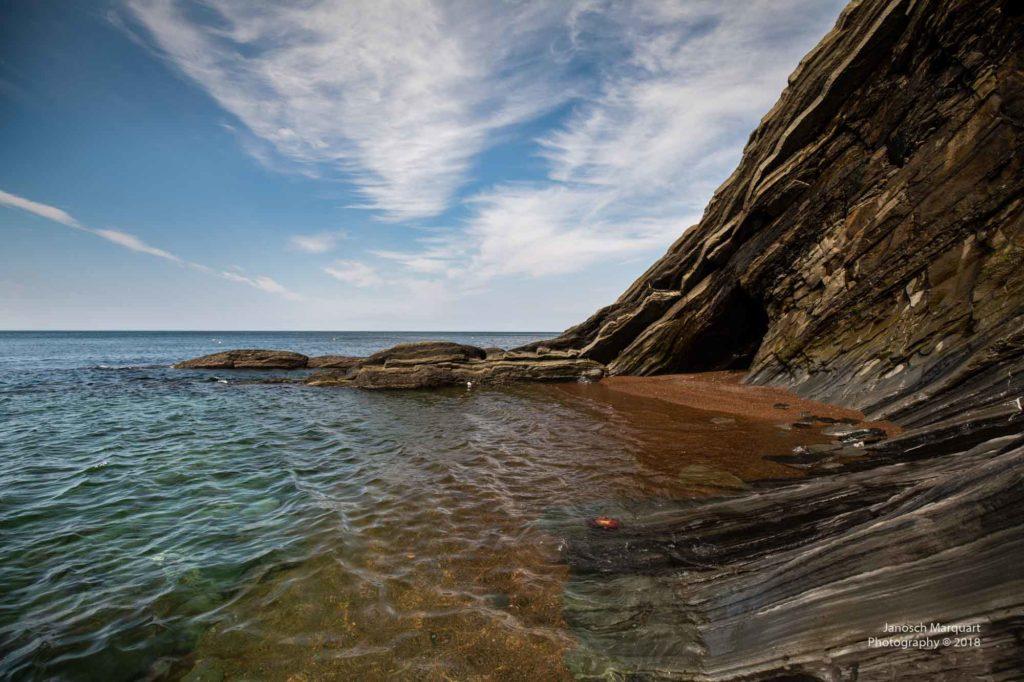 Foto von Klippen im klaren Wasser.