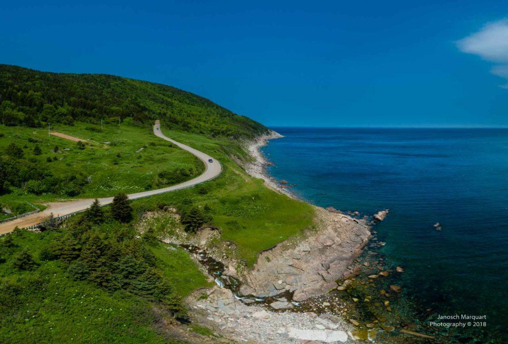 Foto einer Küstenstrasse die zu Meat Cove führt.