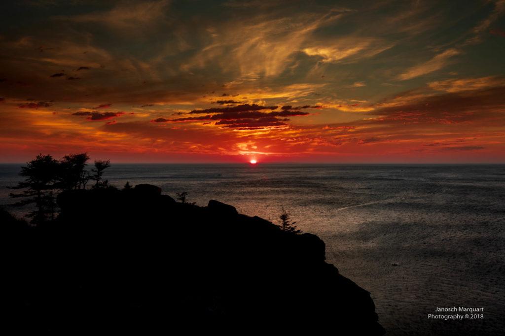 Foto des Sonnenaufgangs über dem Meer in der Meat Cove