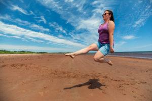 Christina tanzt am Strand auf PEI