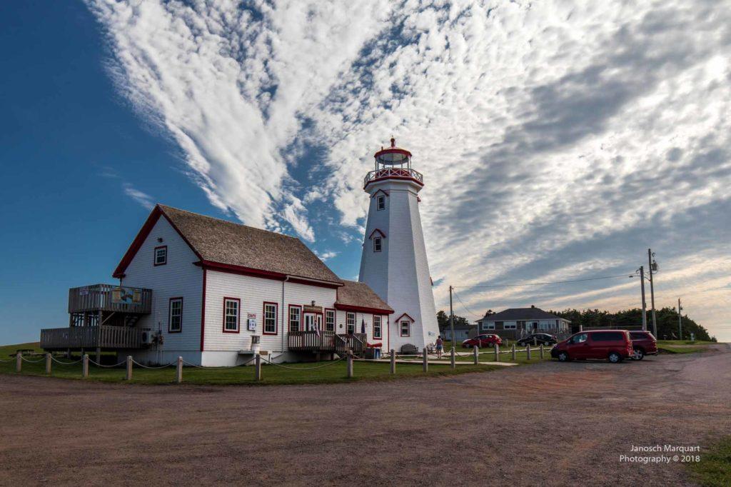 Foto eines typischen Leuchtturms mit Wärterhäuschen auf PEI.