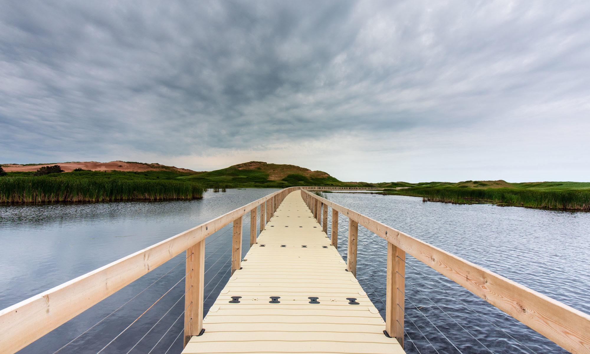 Foto des Boardwalks übers Wasser im PEI Nationalpark.