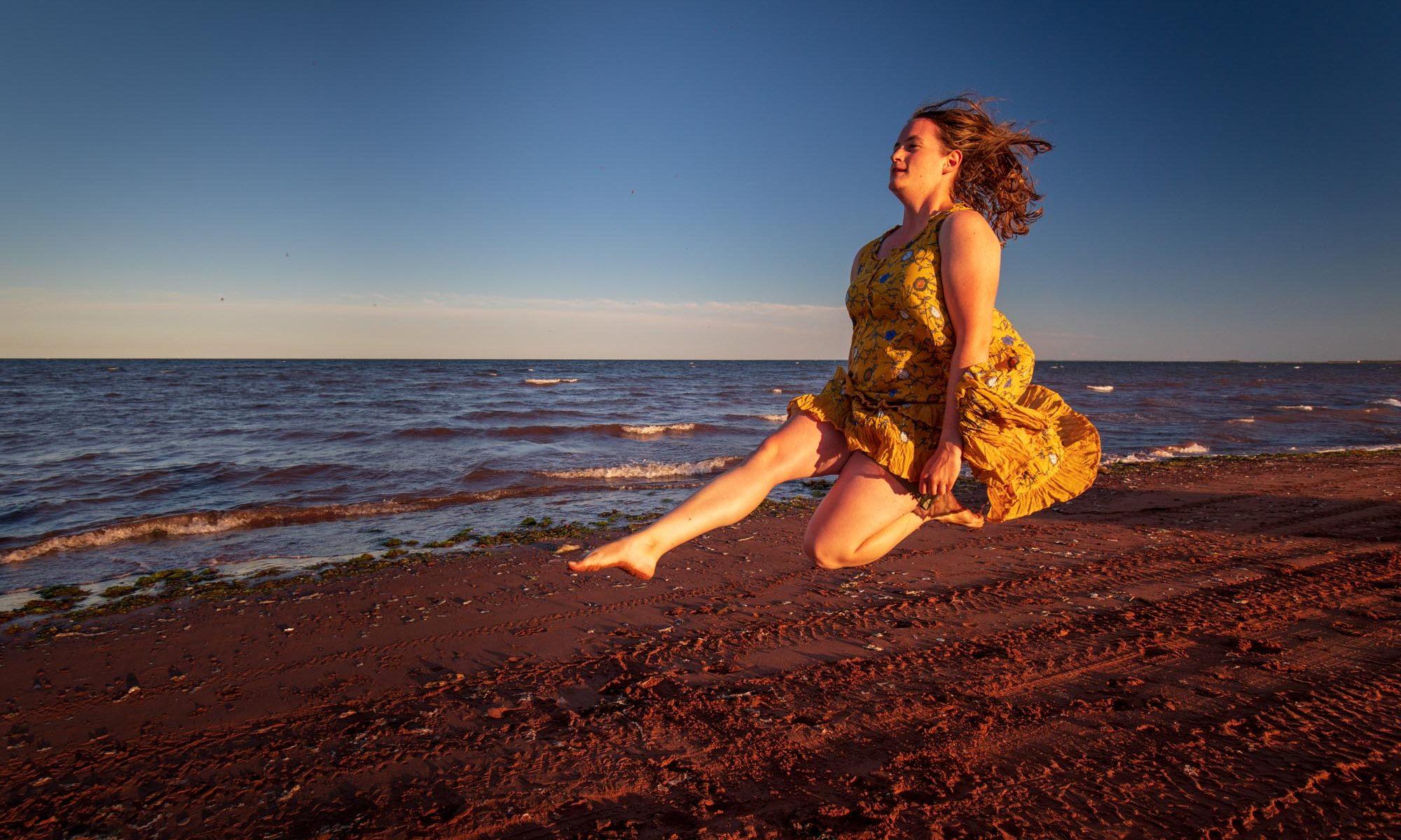 Christina tanzt im neuen Kleid am Strand