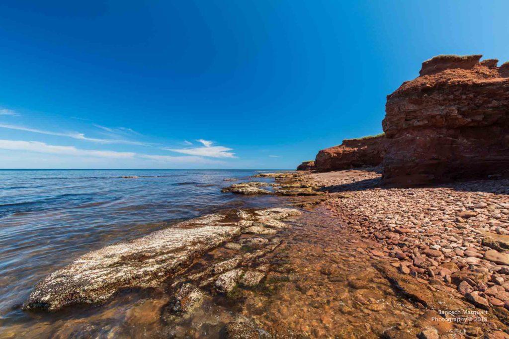 Foto vom Strand mit Klippen auf PEI.