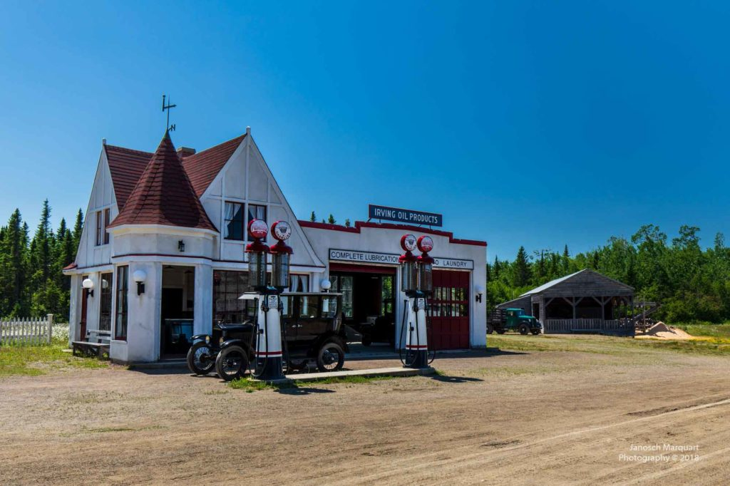 Foto einer historischen Autowerkstatt.