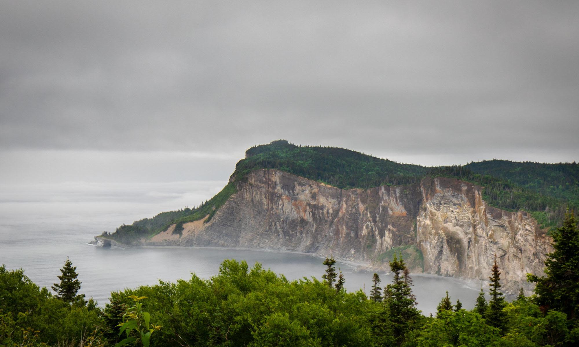 Foto der Küste des Forillon Nationalparks im Nebel.