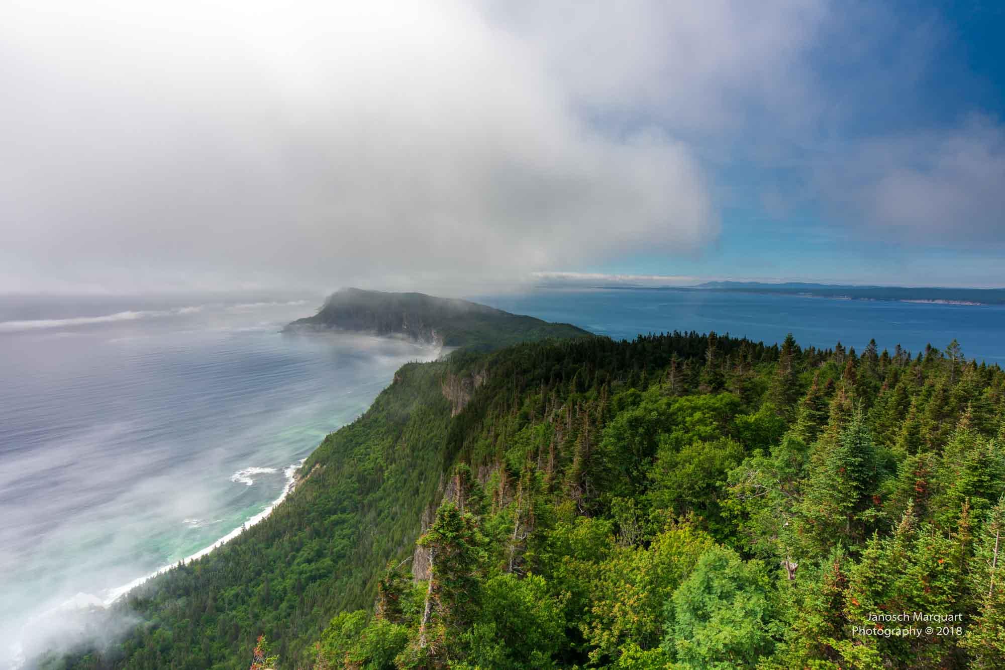 Foto der Inselspite Shiphead von oben im Nebel.