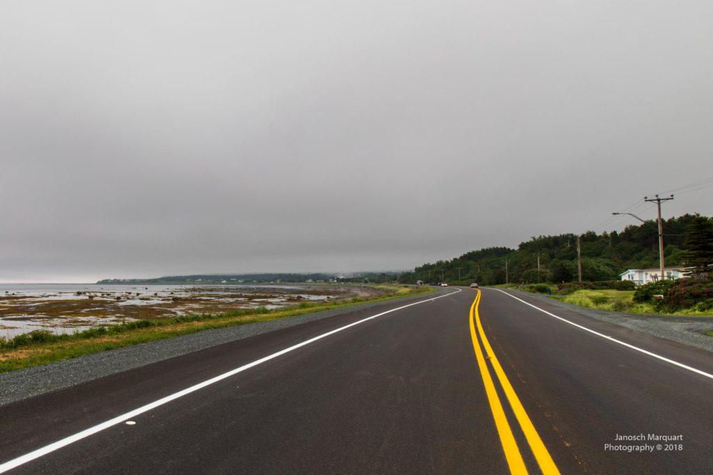 Foto der Route 132 im Nebel mit Küstenstreifen.