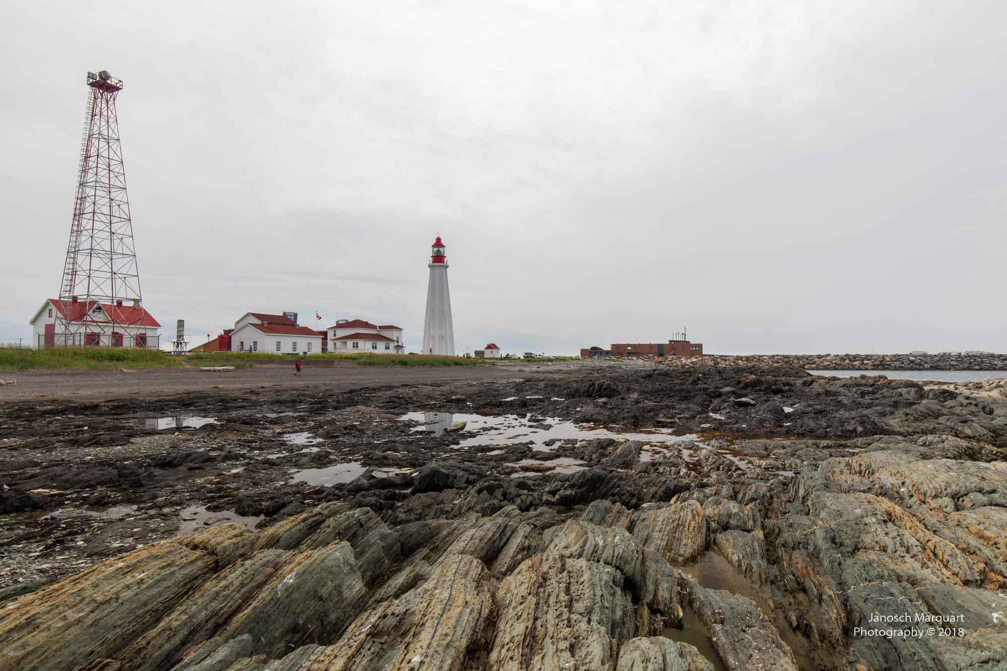 Foto eines Leuchtturms mit Küste in Québec.