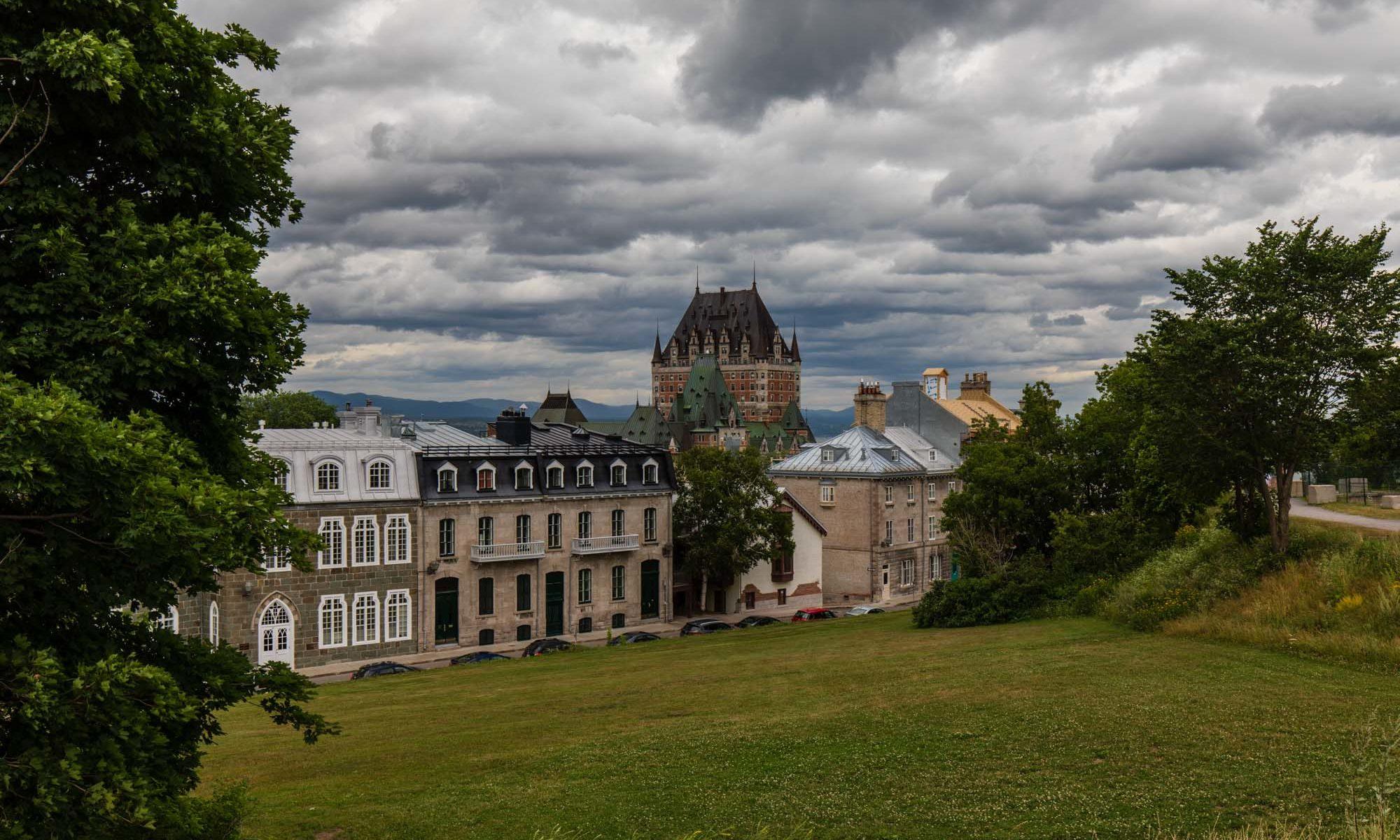 Foto der Altstadt von Quebec von der Citadelle aus über die Dächer hinweg.