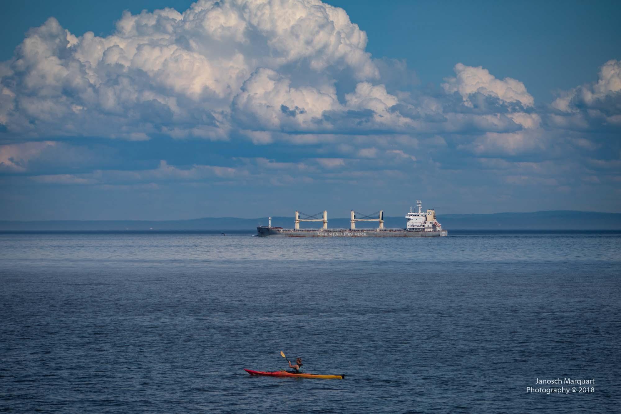Foto eines Supertankers und eines Kajaks auf dem St. Lorenzstrom