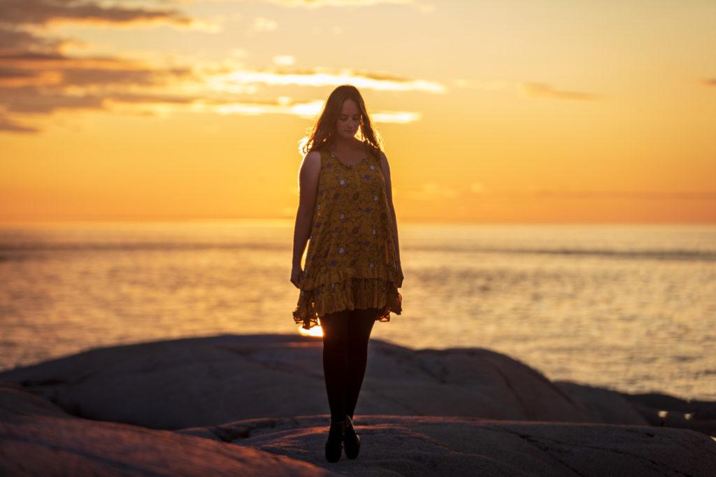 Christina posiert in den Heavies auf Paradis le Marin im Sonnenaufgang