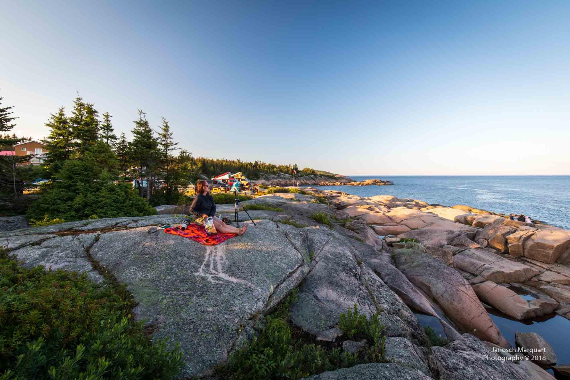 Foto eines Picknickplatztes auf Felsen an der Küste.