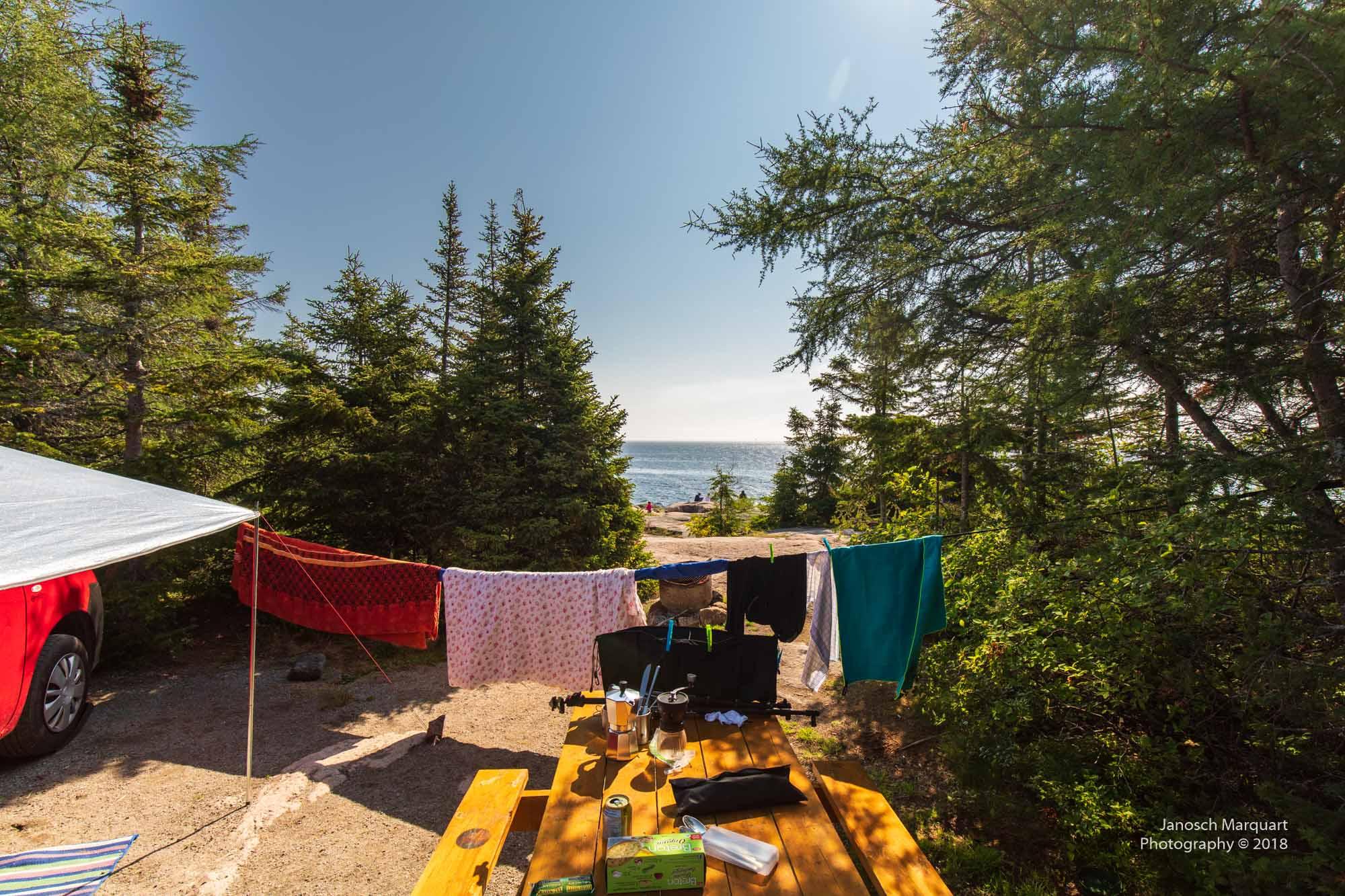 Foto von einem Campintplatz aufs offene Meer.