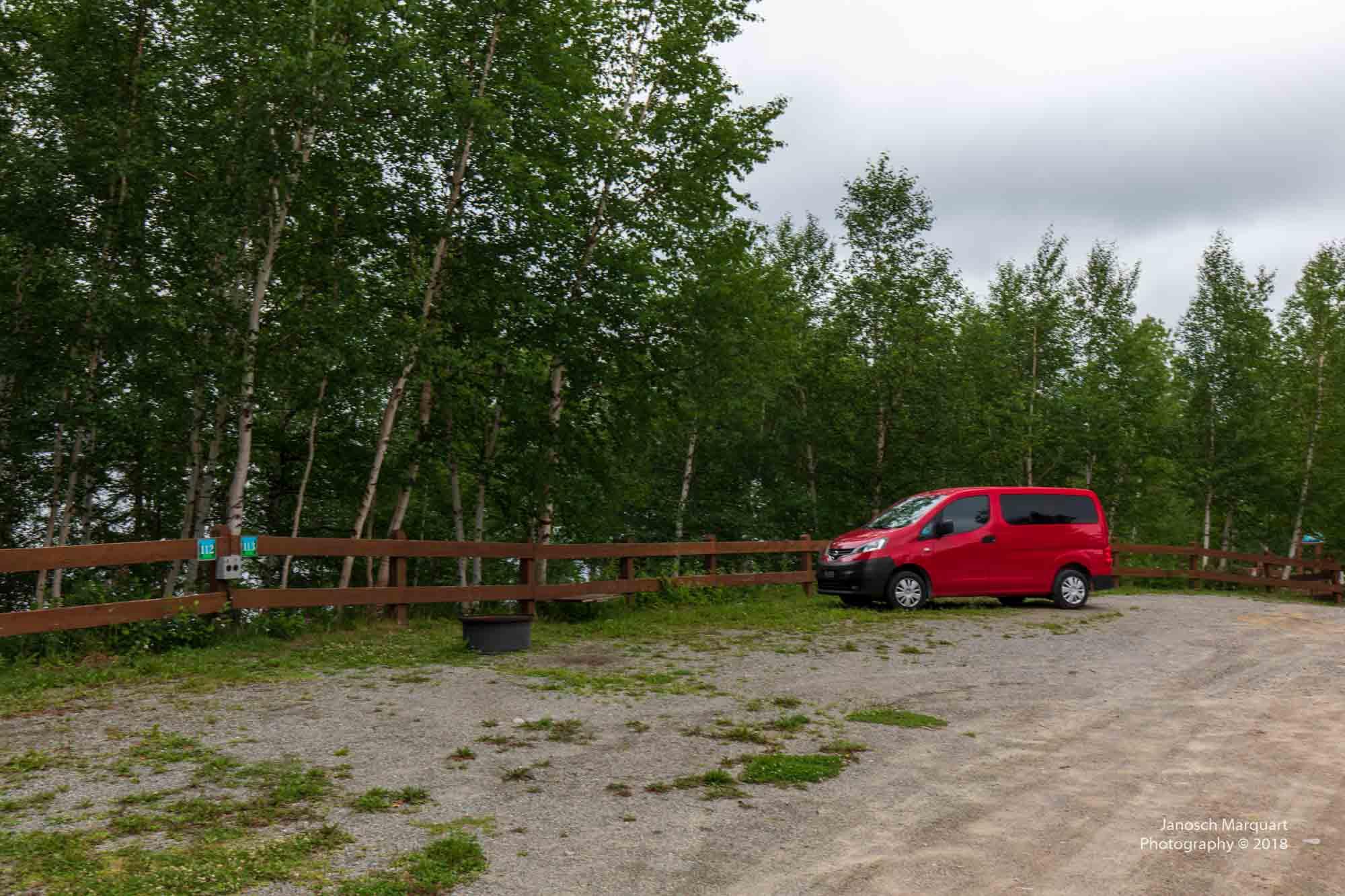 Foto eines riesigen Campingplatzes mit unserem kleinen roten Camper.