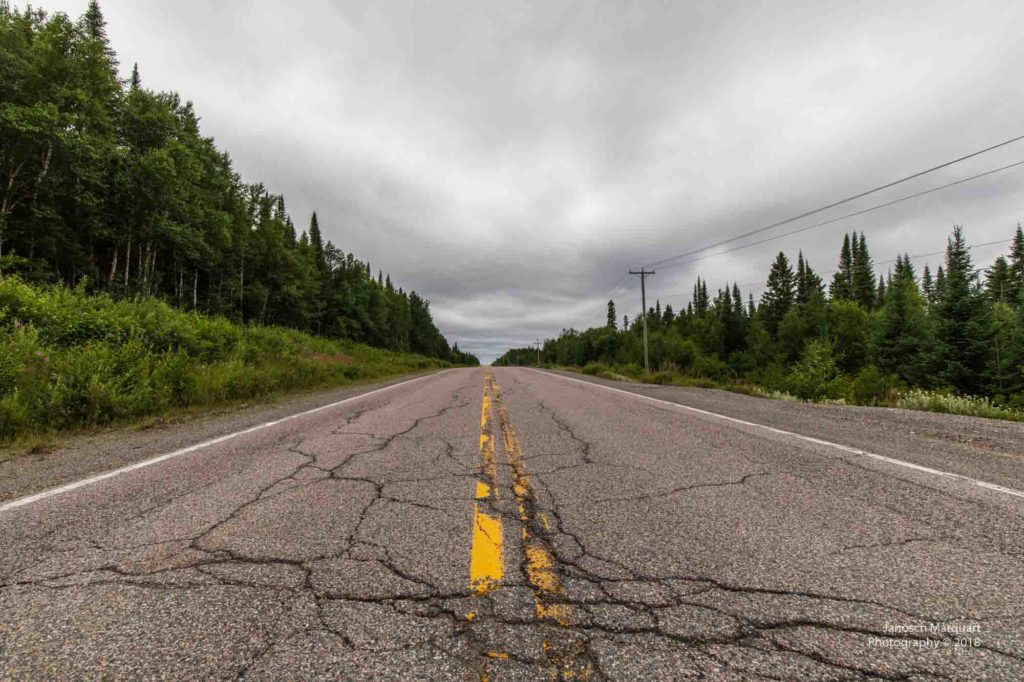 Foto einer kaputten Strasse in Kanada.