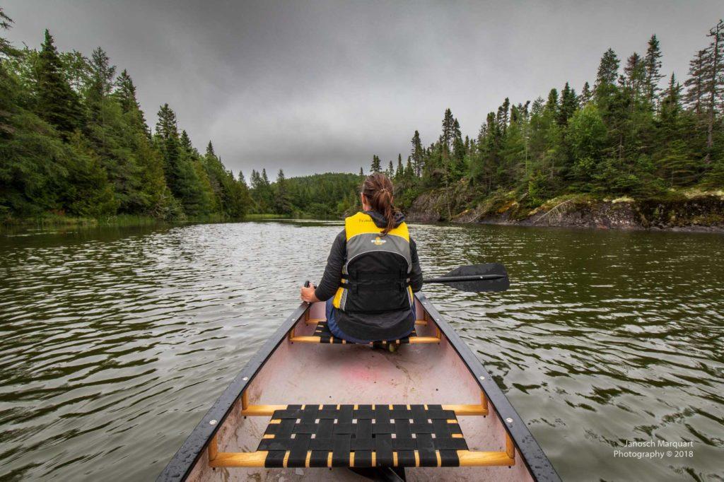 Foto der Spitze eines Kanus auf einem kanadischen See.