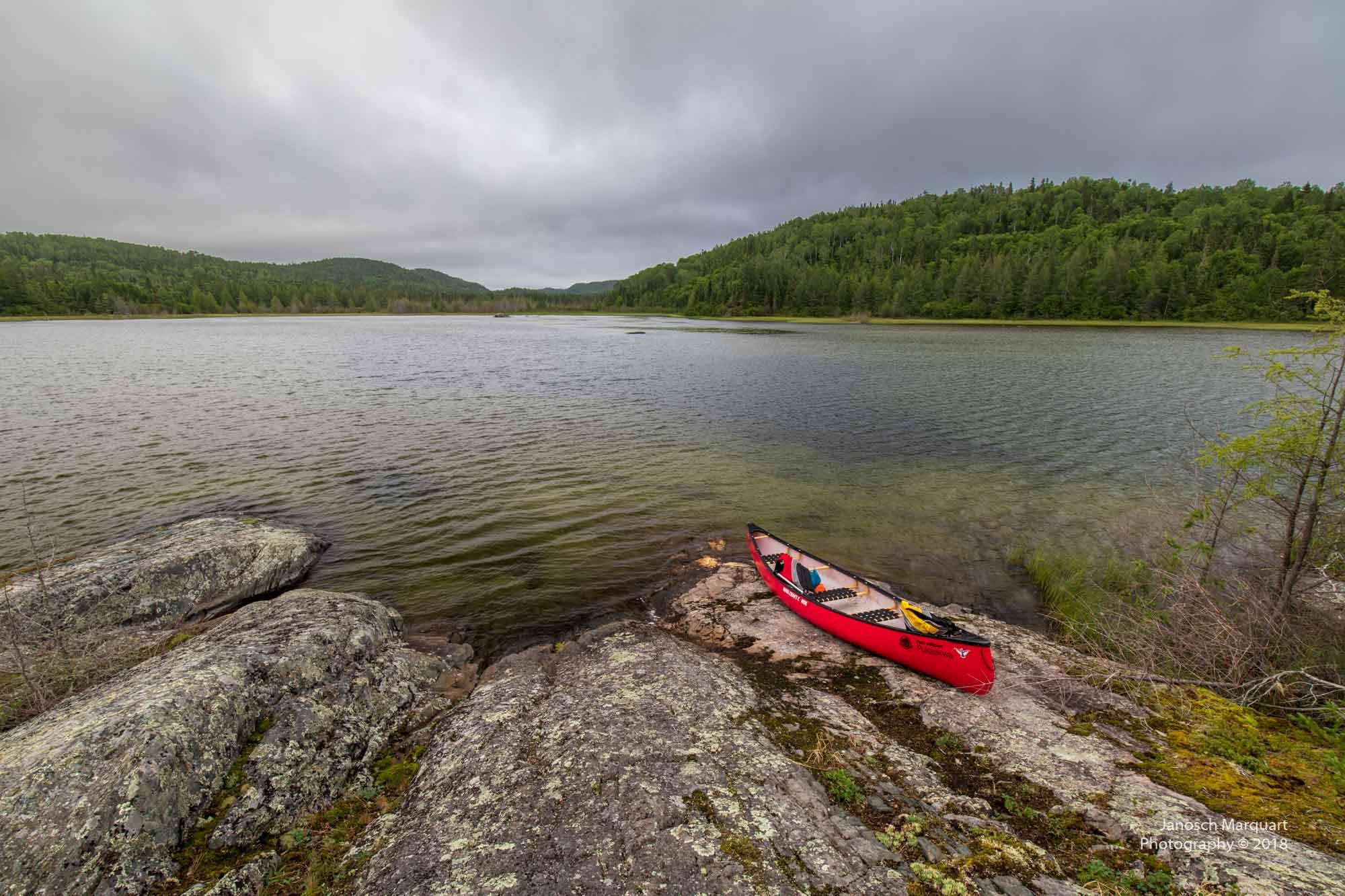Foto eines roten Kanus am Strand einer Insel.