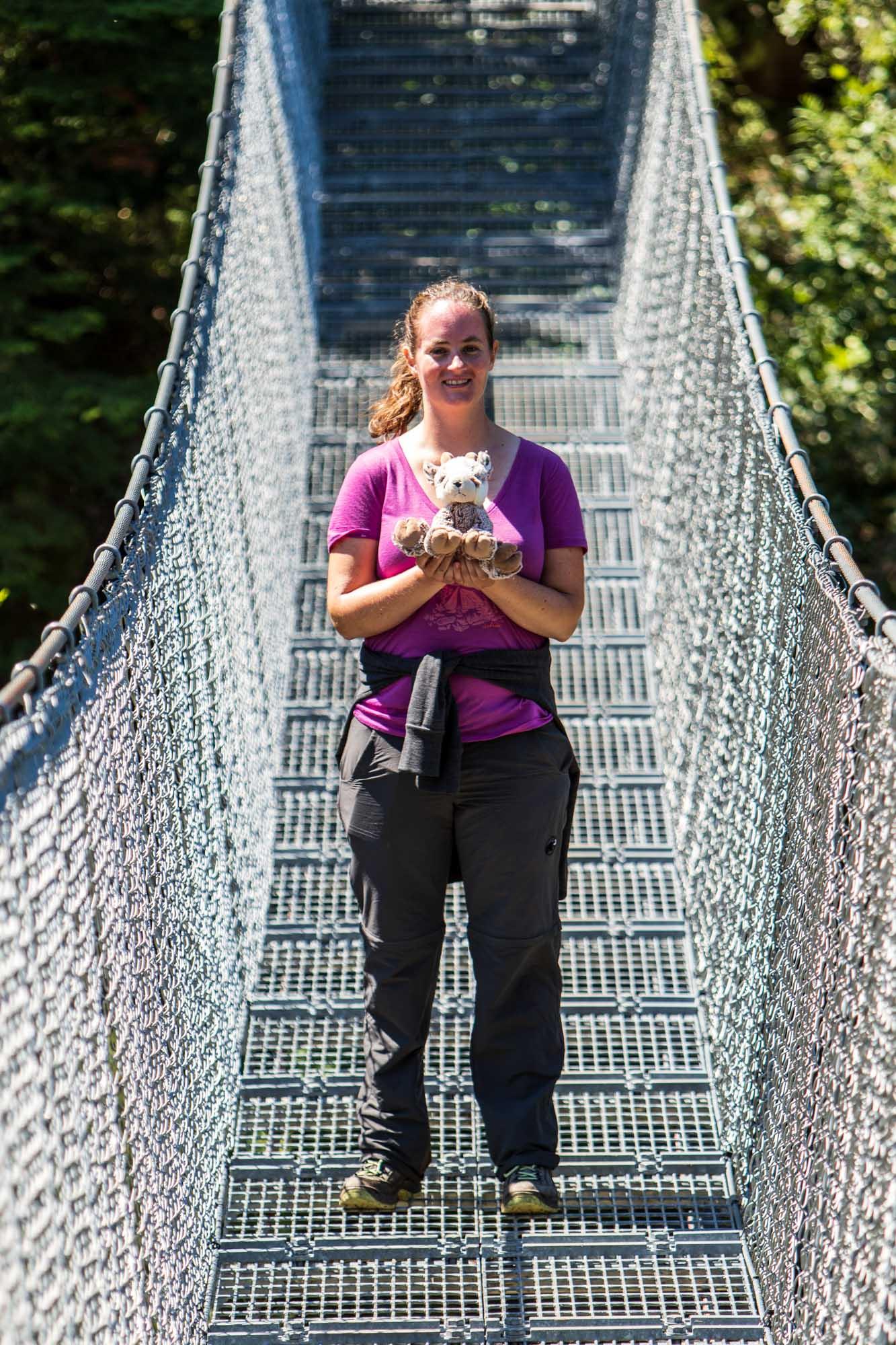 Christina steht auf der Hängebrücke und hält den Balznerbock