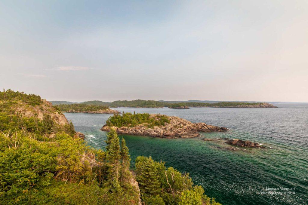 Foto des Lake Superior mit bewaldeter Küste.