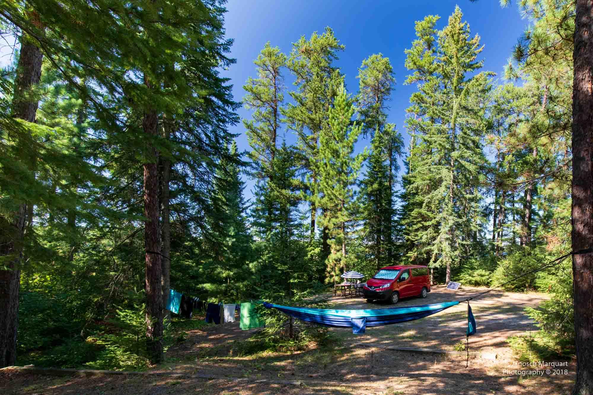 Campingplatz mit Camervan im Wald