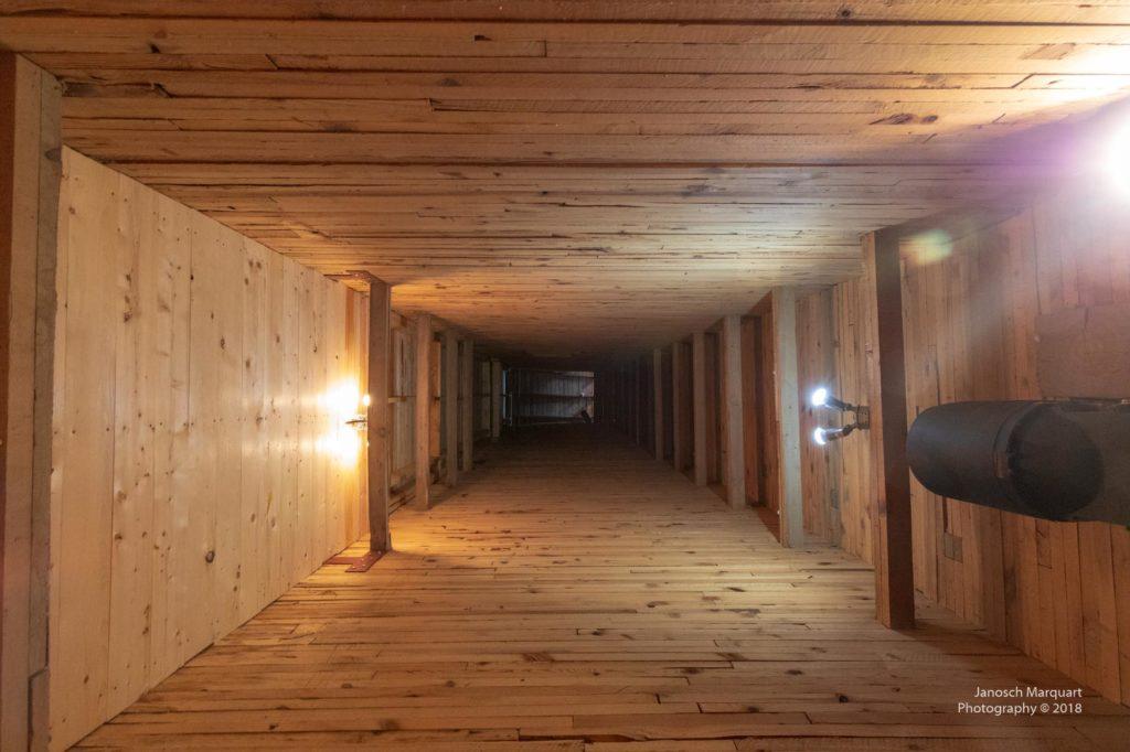 Innenraum eines Getreidespeichers aus Holz.