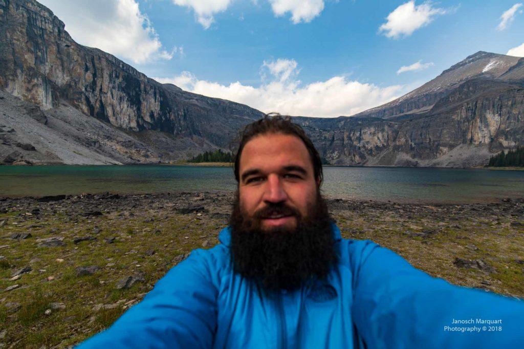 Foto von Janosch vor dem Rockbound Lake