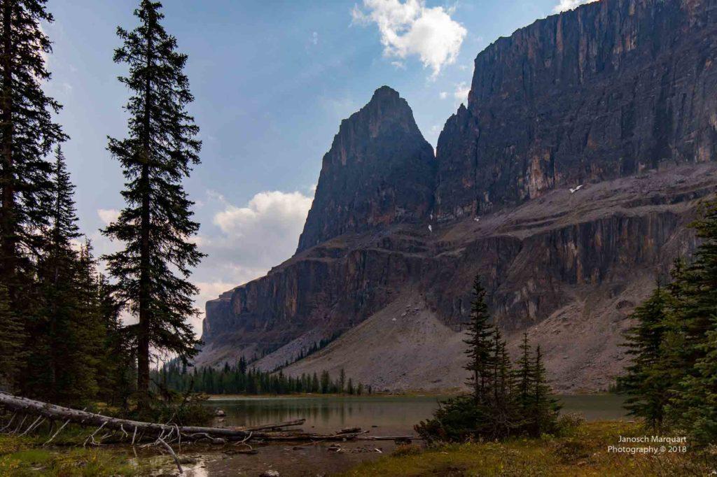 Berge, See und Wald in den Rocky Mountains.