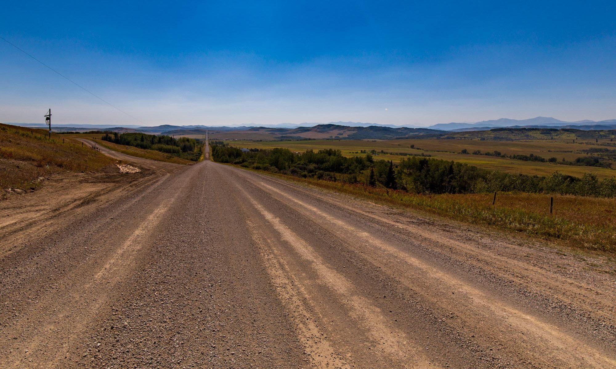 Schotterstrasse im Outback von Alberta