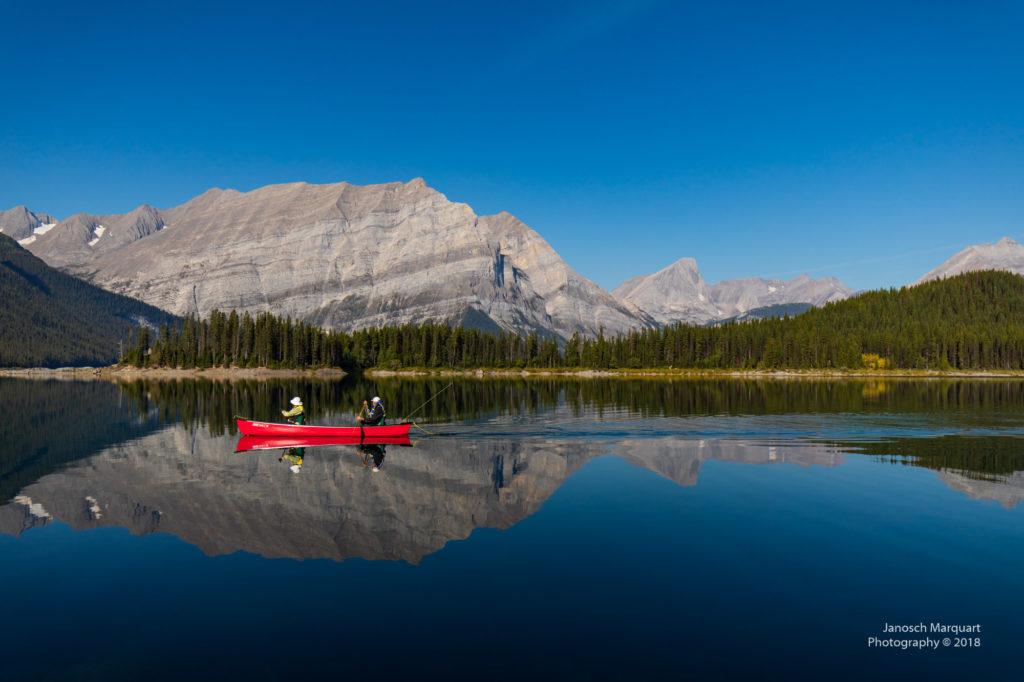 Canoufahrer auf stillem See.