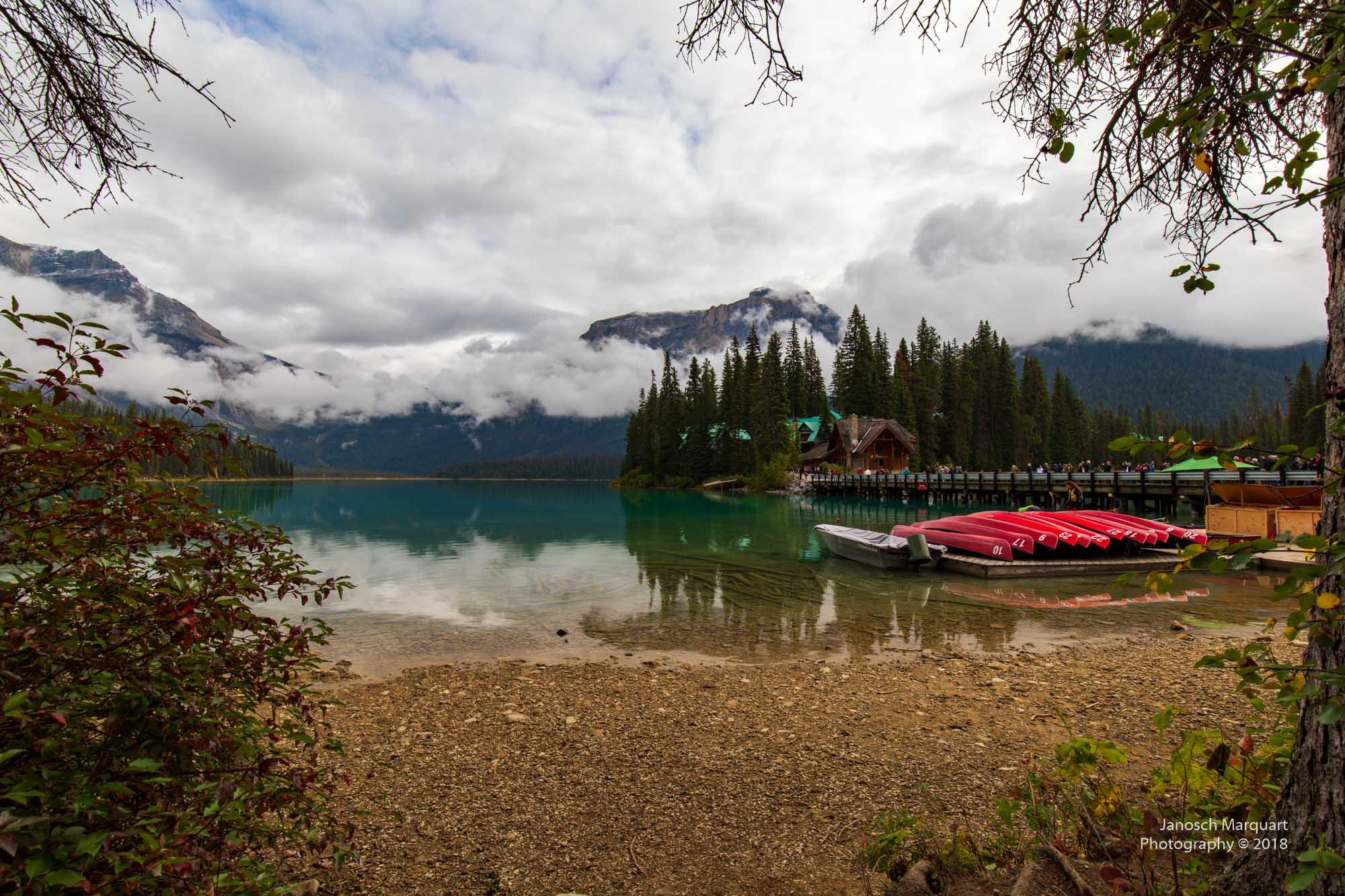 Emerald Lake mit Kanus im Vordergrund.