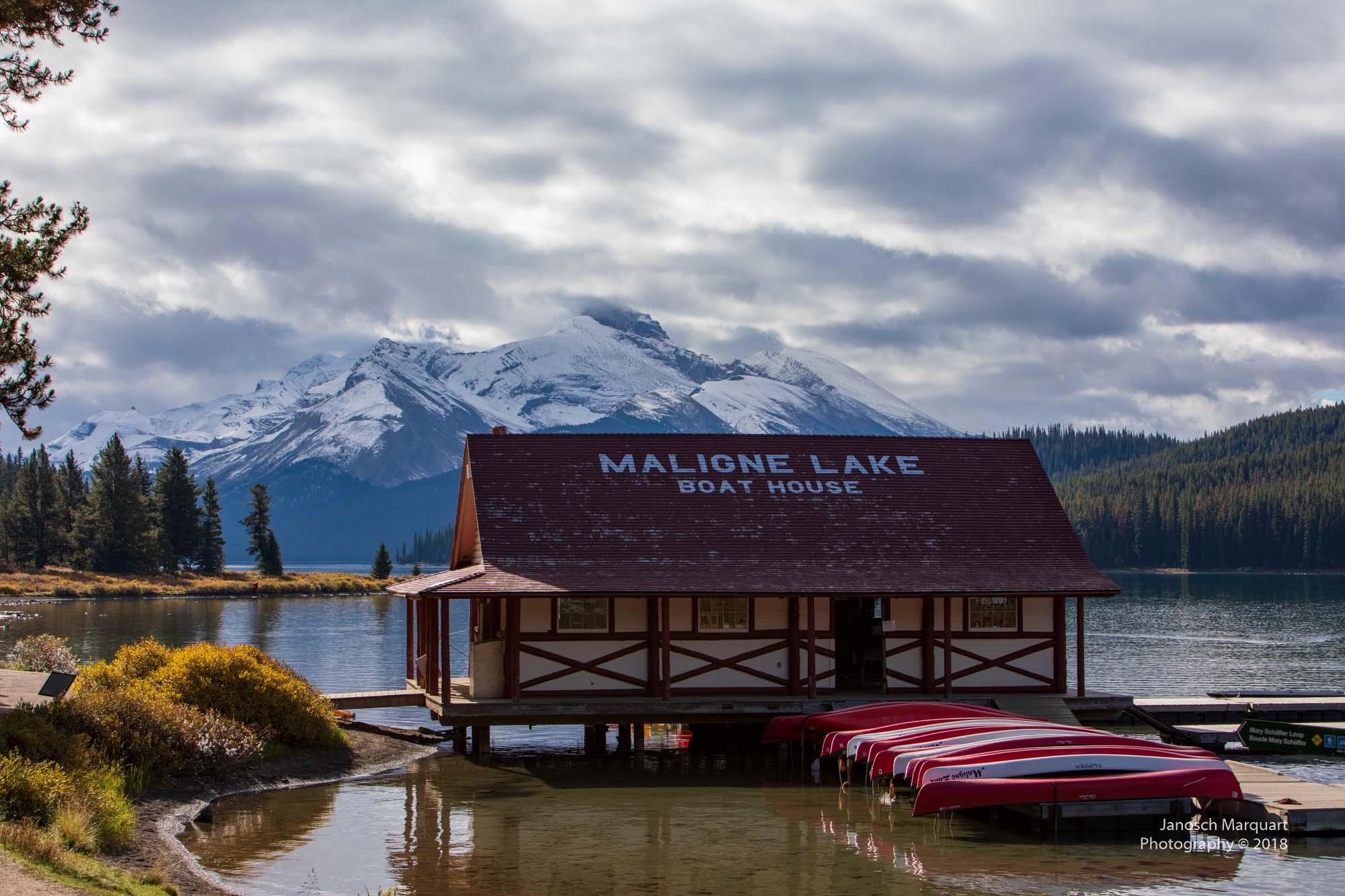 Foto des Bootshauses mit Kanus davor am Maligne Lake.