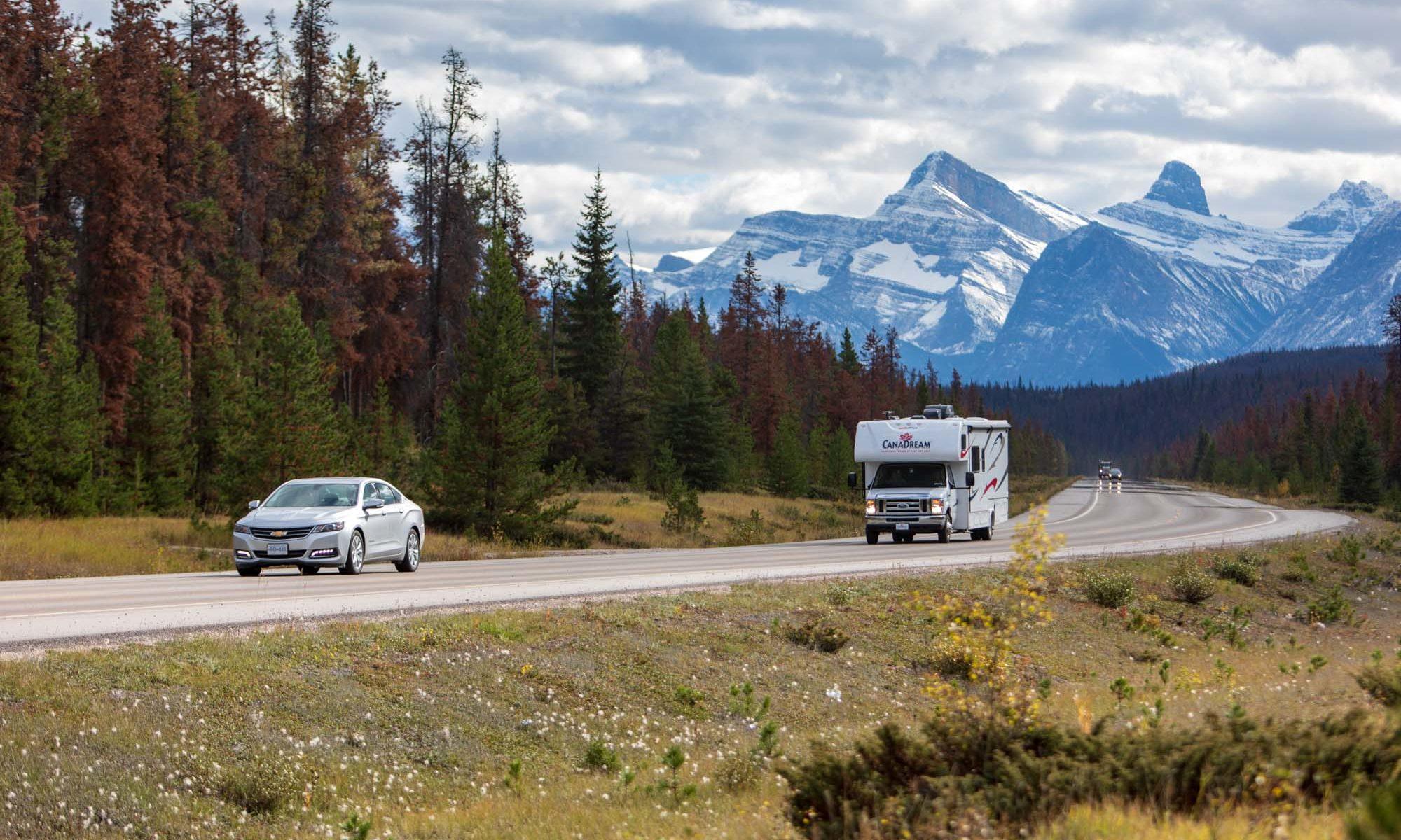 Foto eines RVs auf dem Icefield Parkway.