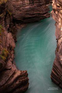 Türkisblaues Wasser im Maligne Canyon