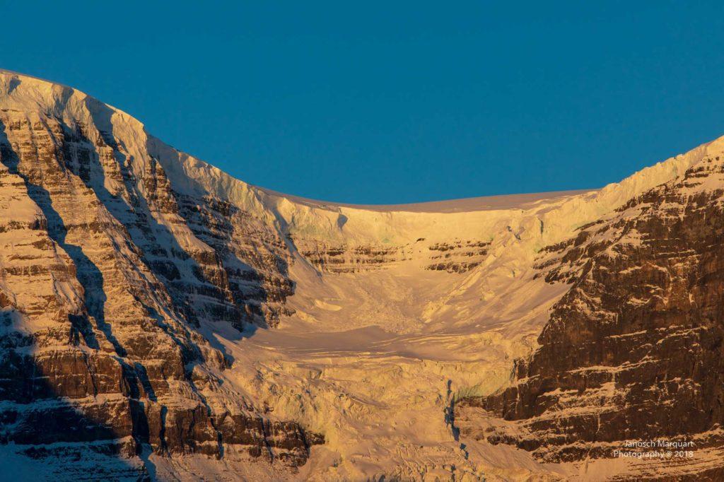 Gletscherzunge im Morgenlicht.