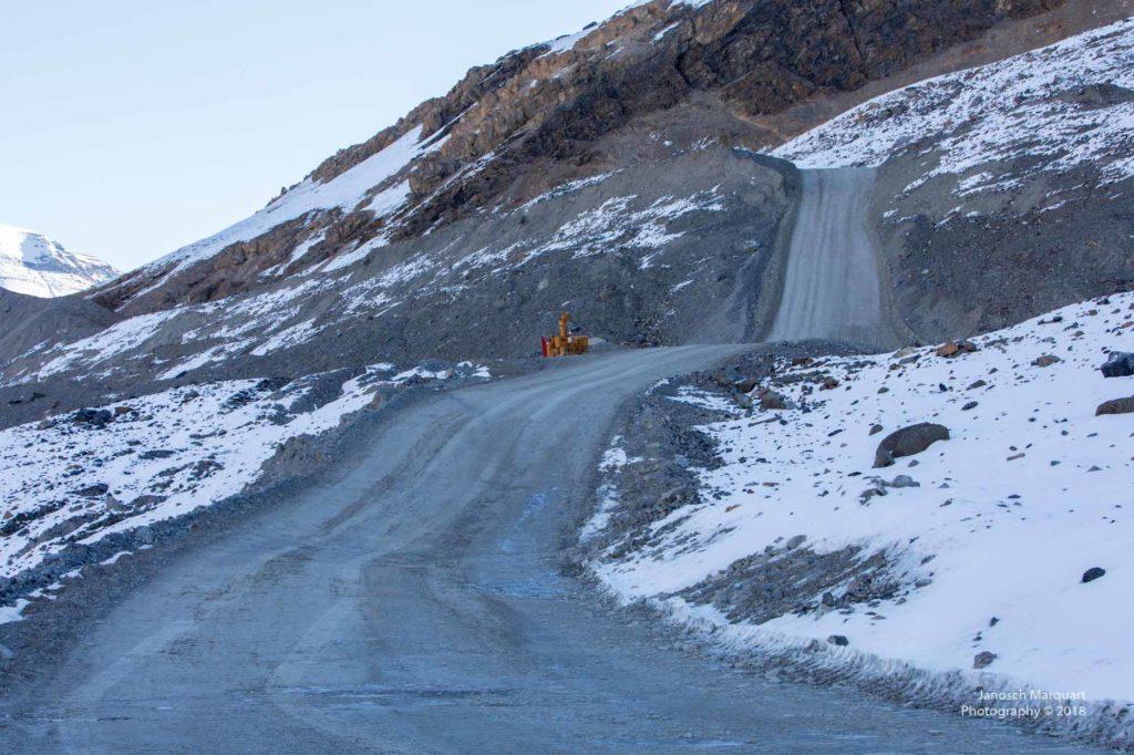 Steile Schotterstrasse zum Gletscher.