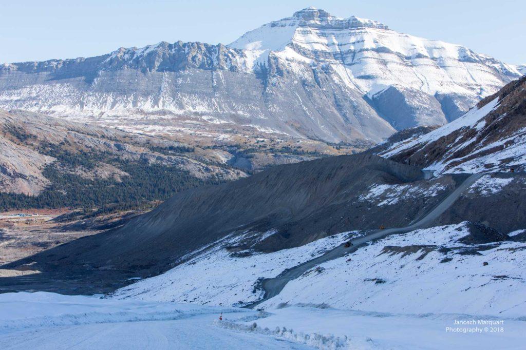Blick hinunter ins Tal vom Gletscher.