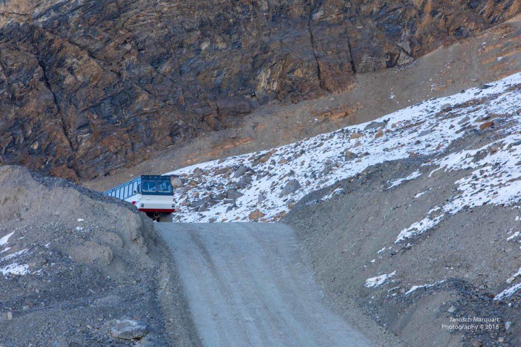 Gletscherbus auf Schotterweg.