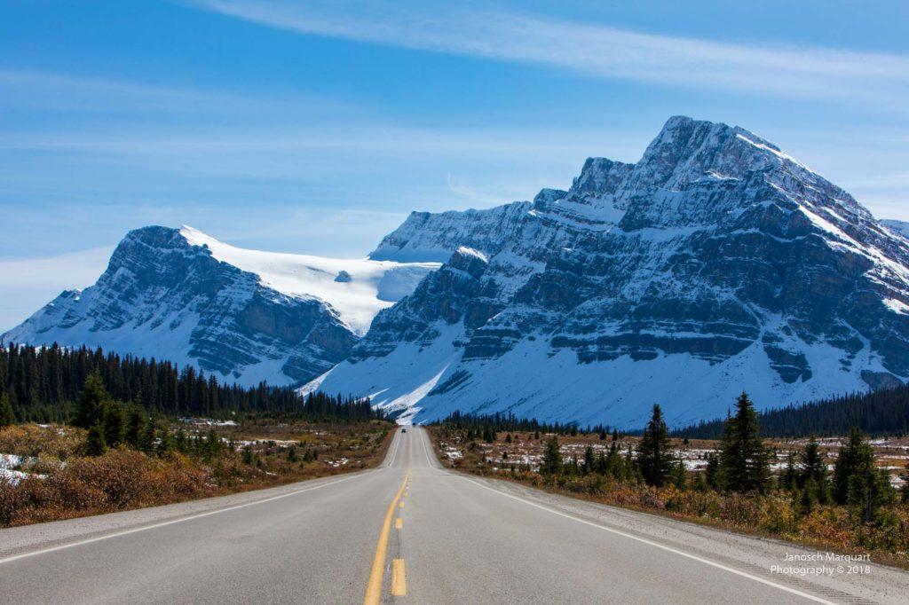 Icefield Parkway vor Bergkulisse im Banff Nationalpark