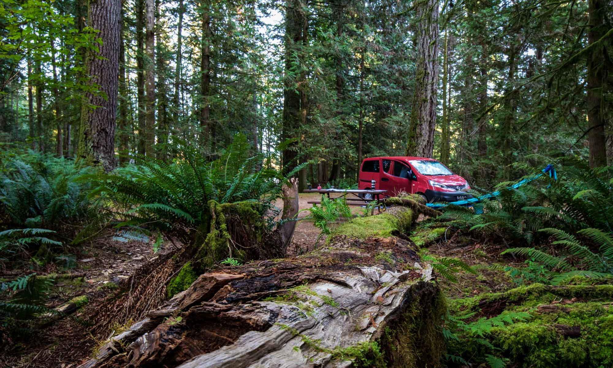 Unser Campervan im Regenwald von British Columbia.