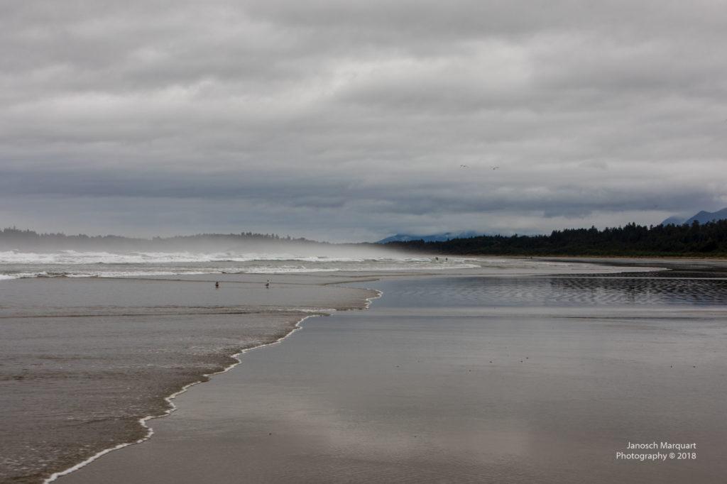 Pazifikstrand am Pazifik Rim Nationalpark mit Wellen und Wolken.