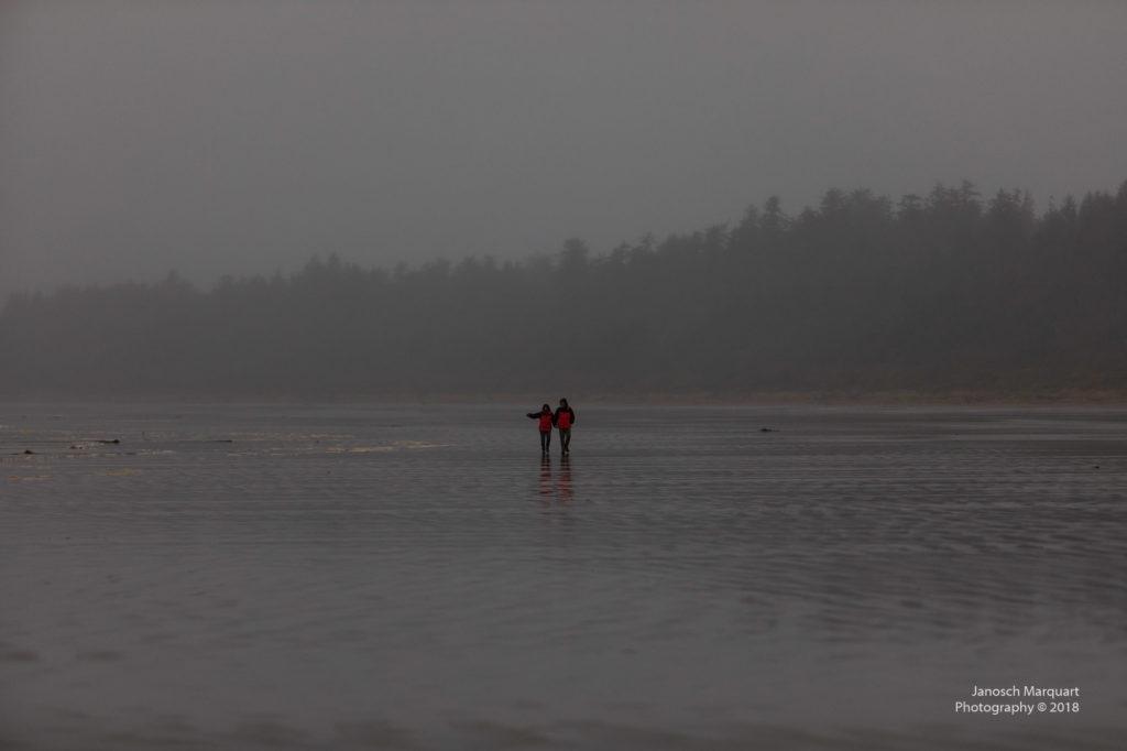 Zwei Menschen am Strand.