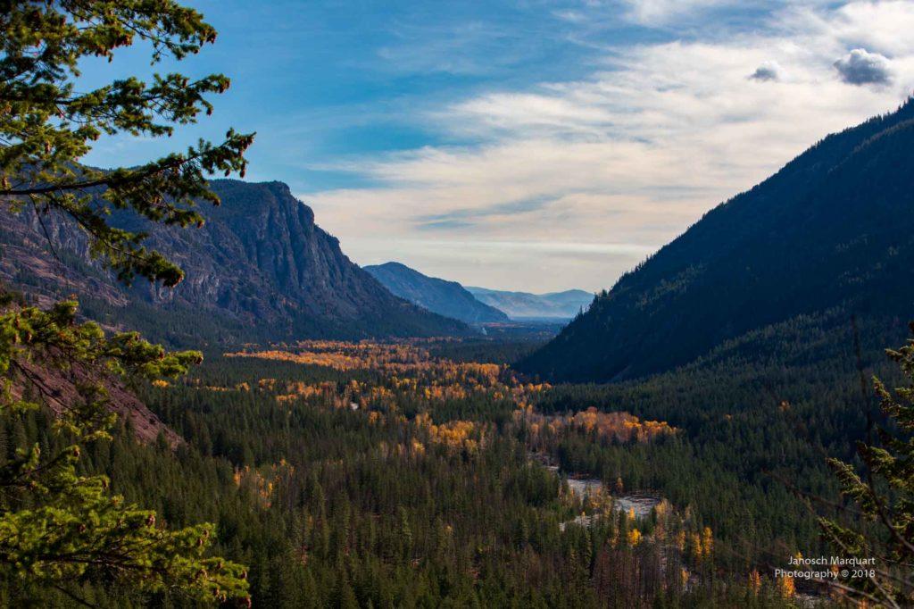 Blick ins herbstliche Methow Valley flankiert von massiven Bergen