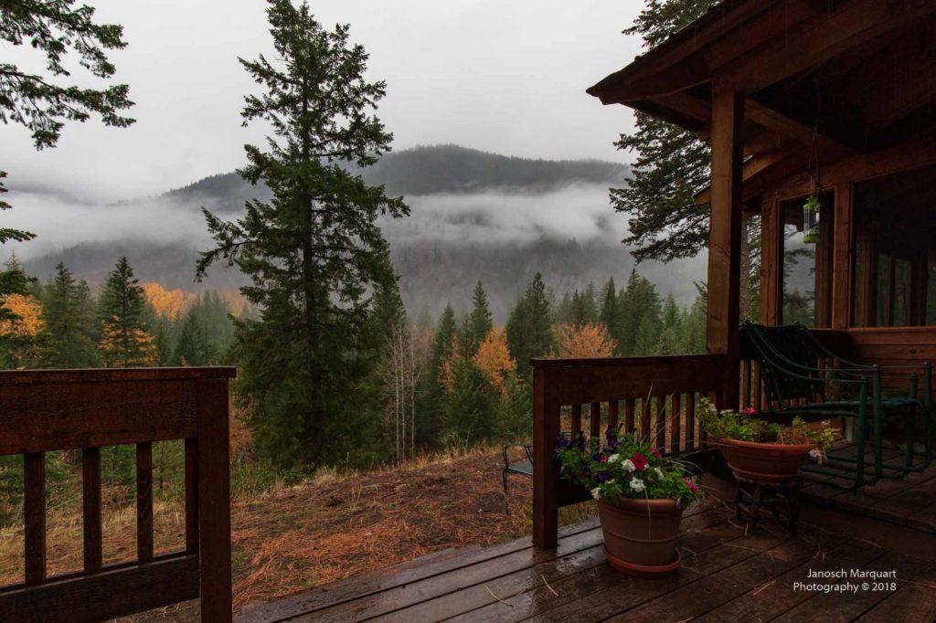 Veranda einer Blockhütte im Wald.
