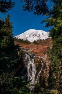 Wasserfall mit Mt. Rainier im Hintergrund.