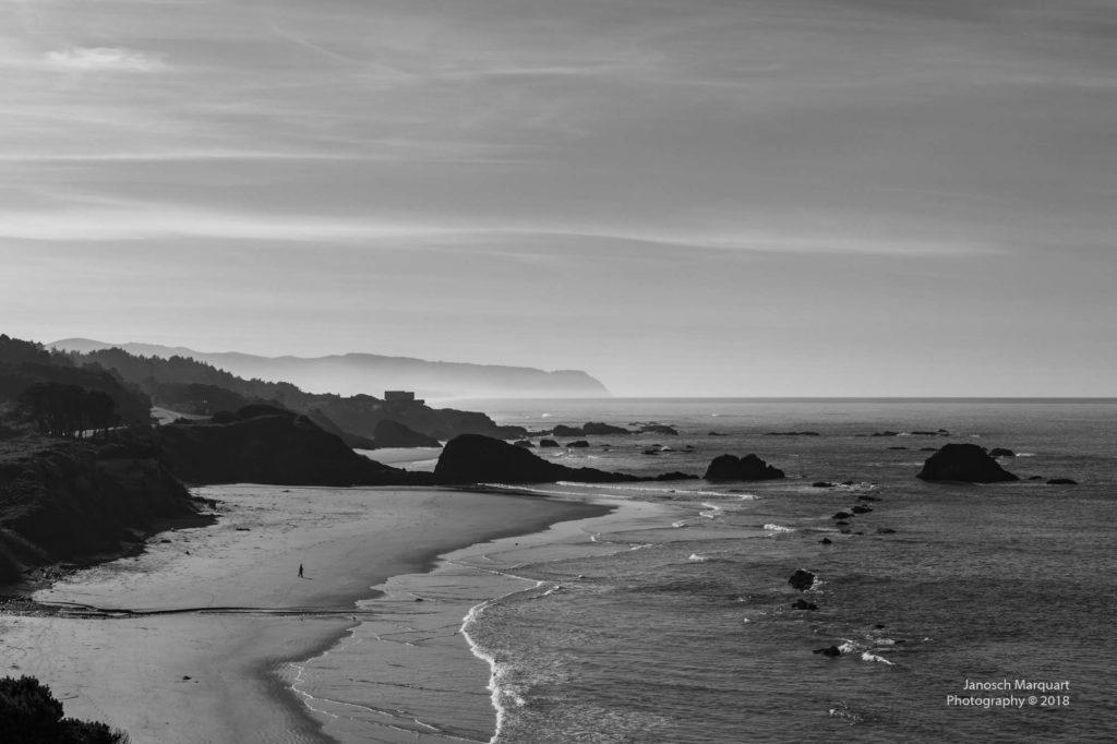 Strand mit grossen Felsen in der Brandung am Pazifik.
