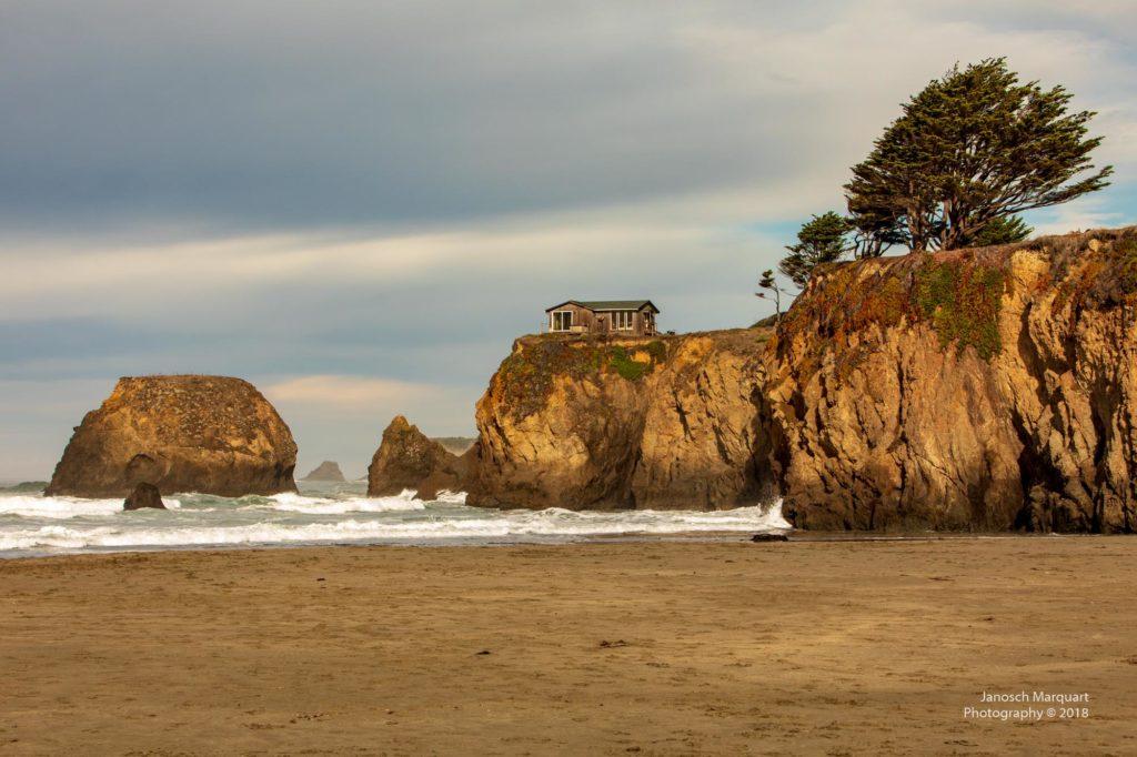 Einsames Haus hoch auf der Klippe am Pazifik.
