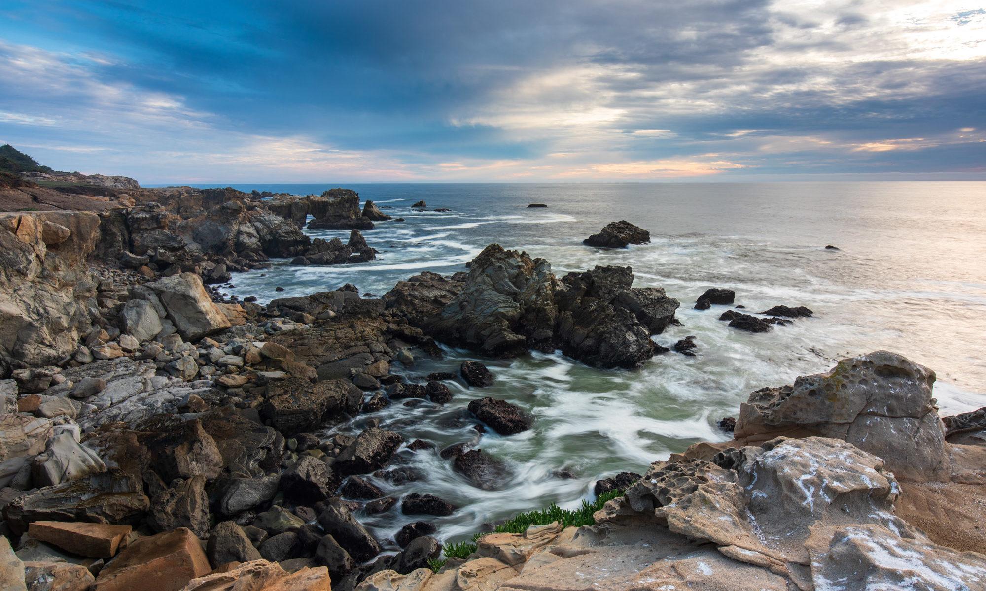 Wellen die über Lavagestein hereinbrechen am Pazifik.