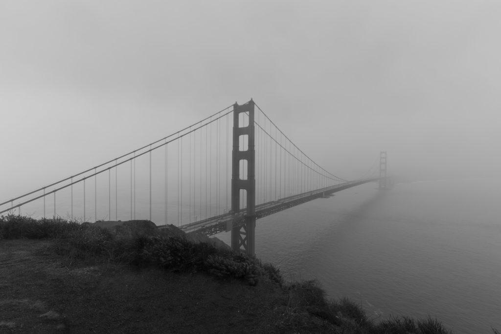 Golden Gate Bridge im Nebel und schwarzweiss.