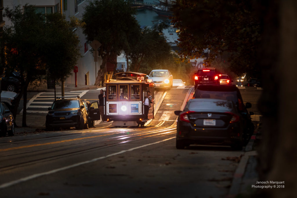 Cablecar in der Nacht in San Francisco.